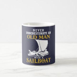 Alter Mann mit einem Segelboot Kaffeetasse