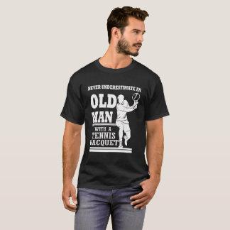 Alter Mann mit einem Tennis-Schläger T-Shirt