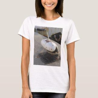 Alter rostiger Schiffspoller und Seil auf einem T-Shirt