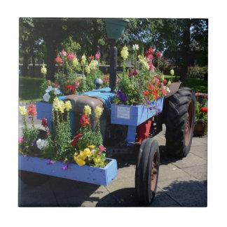 Alter Traktor-Blumenanzeige Fliese