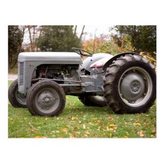 Alter Traktor im Fall Postkarte