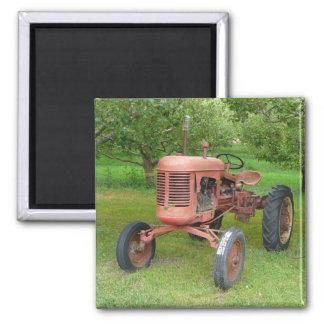 Alter Traktor im Obstgarten Quadratischer Magnet