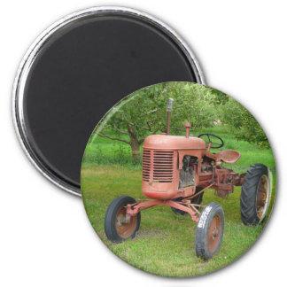 Alter Traktor im Obstgarten Runder Magnet 5,1 Cm