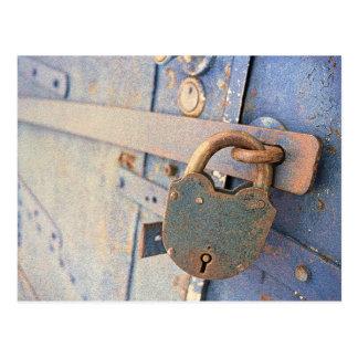 Alter Verschluss, blaue Tür Postkarte