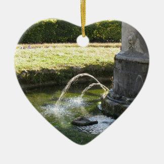 Alter Wasserbrunnen in einem allgemeinen Park Keramik Ornament