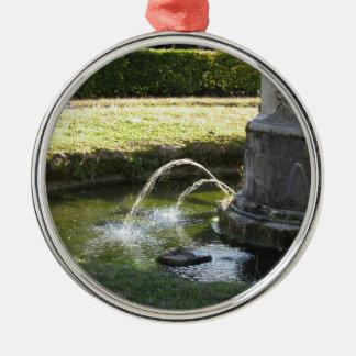 Alter Wasserbrunnen in einem allgemeinen Park Rundes Silberfarbenes Ornament