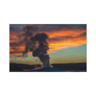 Alter zuverlässiger Geysir am Sonnenuntergang in Leinwanddruck