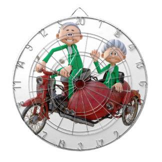 Ältere Paare auf einem Moped mit Beiwagen Dartscheibe