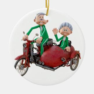Ältere Paare auf einem Moped mit Beiwagen Rundes Keramik Ornament