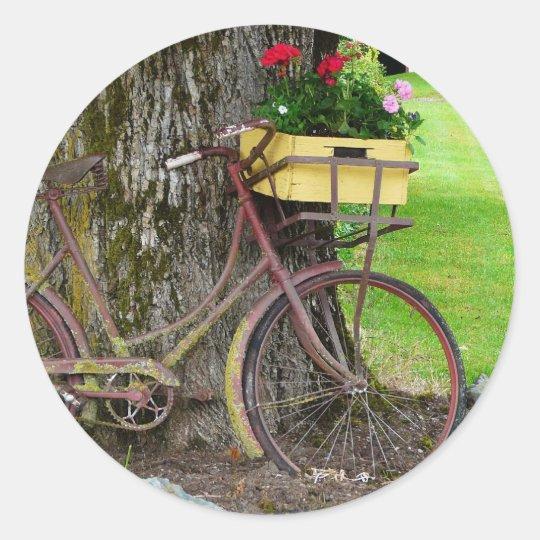altes antikes fahrrad mit blumen korb runder aufkleber. Black Bedroom Furniture Sets. Home Design Ideas