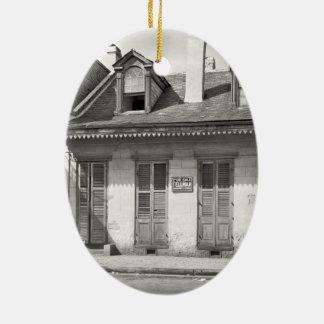 Altes französisches Viertel-Haus Ovales Keramik Ornament
