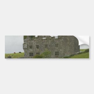 Altes Gebäude-Schloss auf grünem Hügel Autosticker