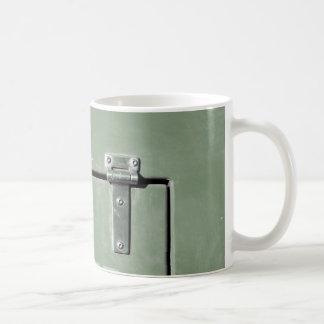 altes grünes Metall mit Scharnieren Kaffeetasse