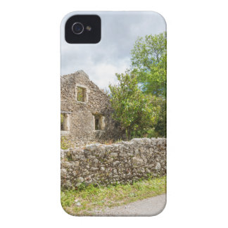 Altes historisches Haus als Ruinen entlang Straße iPhone 4 Hülle