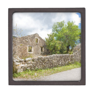 Altes historisches Haus als Ruinen entlang Straße Kiste