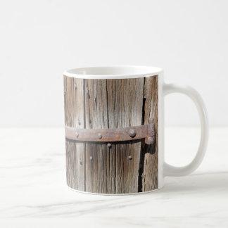 Altes verwittertes hölzernes und rostiges Metall Kaffeetasse