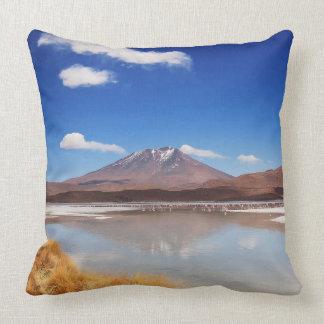 Altiplano Landschaft mit Vulkan in Bolivien Kissen
