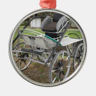 Altmodischer Pferdewagen auf grünem Hintergrund Rundes Silberfarbenes Ornament