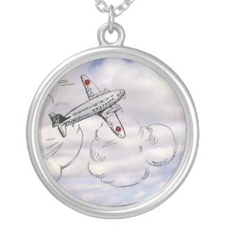 Altmodisches Fliegen-Flugzeug, das bewölkten Versilberte Kette
