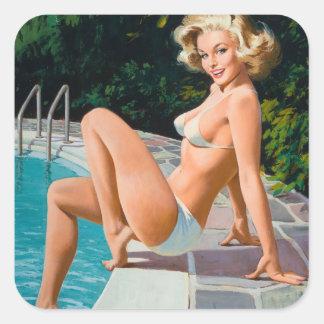 Am Pool sexy blonden Retro Pinupmädchen Quadratischer Aufkleber