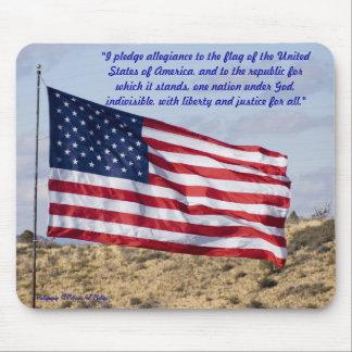 Amerikanische Flagge über hoher Wüste Mauspad