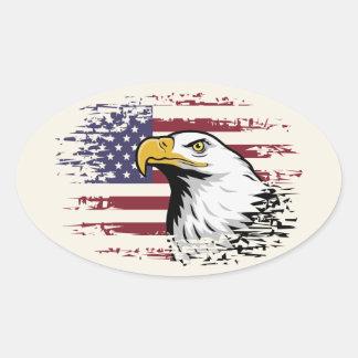 Amerikanischer Adler gegen USA-Flaggenhintergrund Ovaler Aufkleber