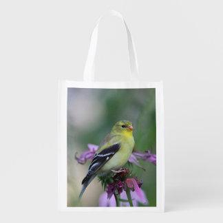 Amerikanischer Goldfinch im Garten Wiederverwendbare Einkaufstasche