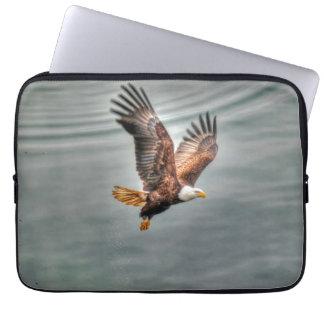Amerikanischer Weißkopfseeadler, der über Ozean Laptopschutzhülle