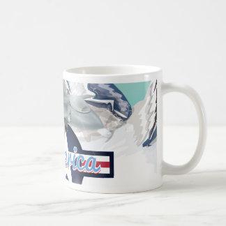 Amerikanisches Jet-Flugzeug, das über felsige Kaffeetasse