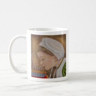 Amisches Mädchen mit einer Torten-Tasse Kaffeetasse