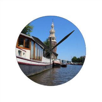 Amsterdam-Kanalansicht - Boote und Helm Runde Wanduhr