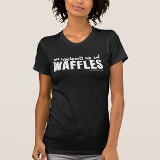 An den Wochenenden essen wir Waffeln - weißen T-Shirt