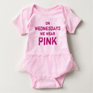An Mittwochen tragen wir rosa Baby Strampler