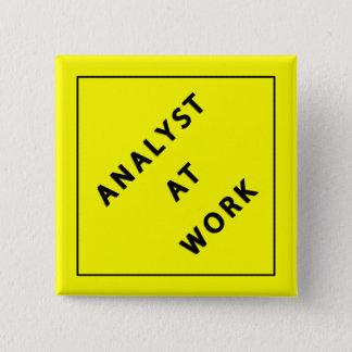 Analytiker bei der Arbeit Quadratischer Button 5,1 Cm