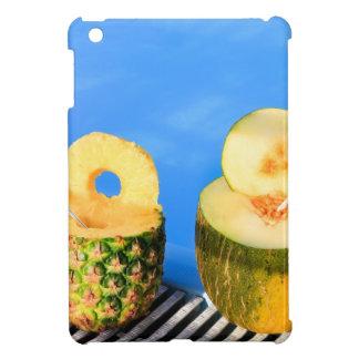 Ananas und Melone tragen mit Strohen am Pool iPad Mini Hülle