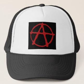 Anarchie. Schwarzer T - Shirt mit rotem Symbol Truckerkappe