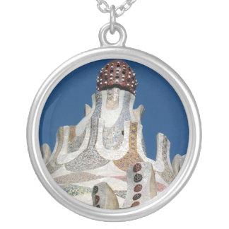 Andeutendes Gaudi Mosaik Halskette Mit Rundem Anhänger