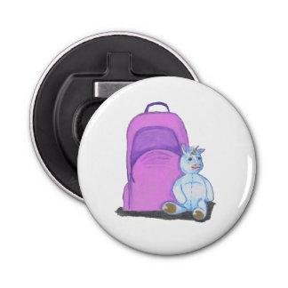 Angefüllter Unicorn sitzt durch einen lila Flaschenöffner