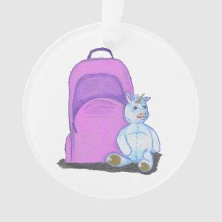 Angefüllter Unicorn sitzt durch einen lila Ornament
