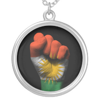 Angehobene geballte Faust mit kurdischer Flagge Versilberte Kette