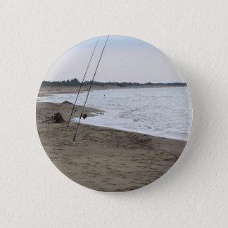 Angelruten auf einem sandigen Strand am Runder Button 5,7 Cm