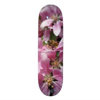 Angery Honig-Biene auf rosa Crabapple Blüte Individuelles Skateboard