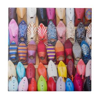 Angezeigte Schuhe in einem Geschäft in den souks Keramikfliese