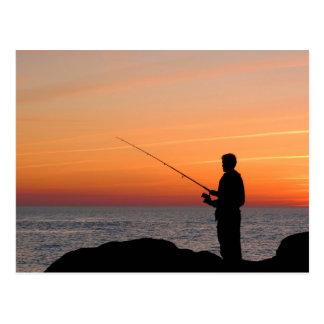 Angler und Sonnenuntergang auf Ufer der Ostsee Postkarte