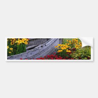 Anordnung für Blumen und ein hölzernes Boot Autoaufkleber