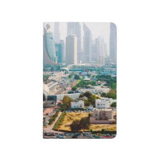 Ansicht der Stadtmetrolinie und -wolkenkratzer Taschennotizbuch