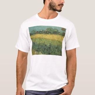 Ansicht von Arles mit Iris im Vordergrund T-Shirt