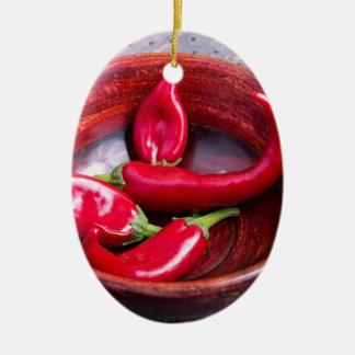 Ansichtnahaufnahme auf heißen roten keramik ornament