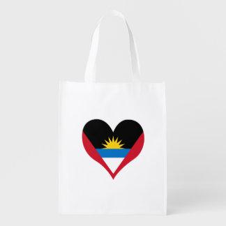 Antiguanische Flagge auf einem bewölkten