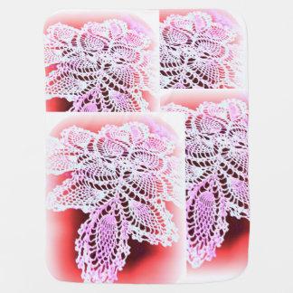 antike Häkelarbeitblick-Babydecke weiß und rosa Puckdecke